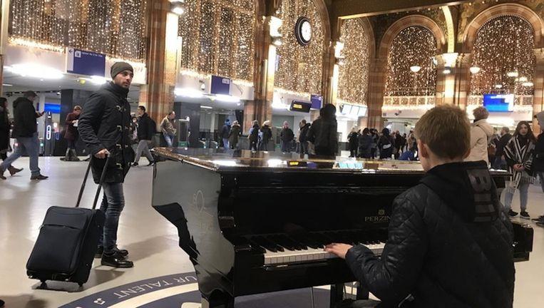 Bas op de piano op Amsterdam CS. Beeld Eigen foto