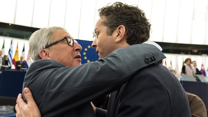 Dijsselbloem wordt in het Europarlement welkom geheten door voorzitter Jean-Claude Juncker