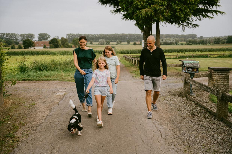 Hatchie met zijn baasjes Sophie De Vliegher, Nicolas, Louise en Juliette (jongste dochter). 'Ik had nooit gedacht dat we ons zo snel aan een huisdier zouden hechten.' Beeld Wouter Van Vooren