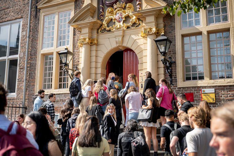 Het collegejaar aan de Universiteit van Utrecht ging maandag van start met fysieke lessen. Beeld Bram Petraeus