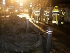 Grote stapel tractorbanden in brand voor huis in Waardenburg