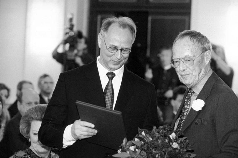Sigmar Polke krijgt de Erasmusprijs uit handen van prins Bernhard, in november 1994 (Archieffoto ANP) Beeld