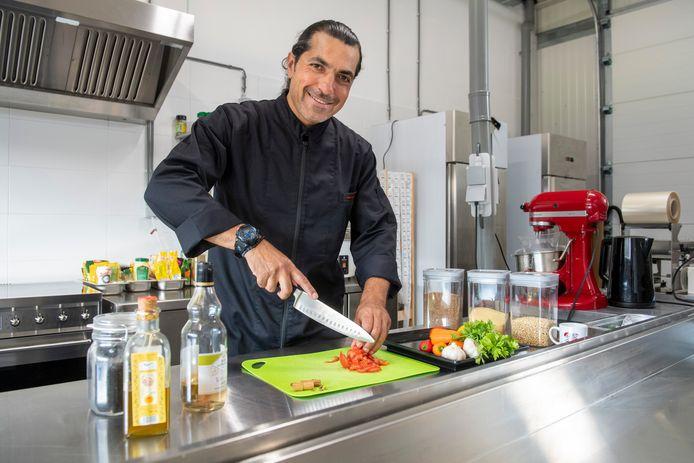 Kok Zaher Shaloub is in zijn nopjes nu de Jumbo zijn Syrische maaltijden gaat verkopen.
