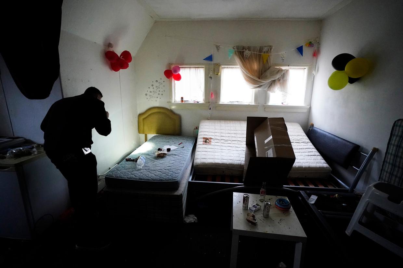 Het Roemeense gezin is uit de kamer verdwenen, mogelijk op weg naar andere illegale huisvesting
