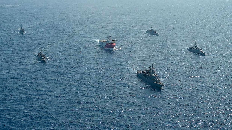 Schepen van de Turkse marine begeleiden het onderzoeksschip Oruc Reis naar het omstreden gebied.  Beeld AFP