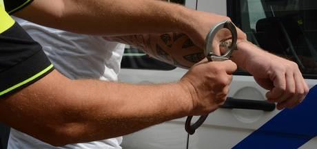 Wapen en drugs gevonden bij invallen in Oostburg: drie man opgepakt