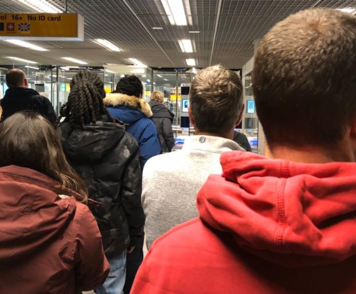 Colin Browning a posté cette photo pour illustrer son mécontentement face aux files à l'aéroport de Schiphol.