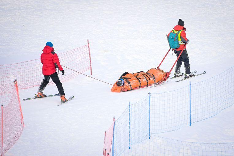 Adriana Jelinkova wordt afgevoerd van de pista, nadat zij onderuit was gegaan tijdens de wereldbekerwedstrijd in in Kranjska Gora. Beeld AFP