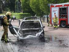 Auto vliegt in brand in Brummen: bestuurster brengt zichzelf in veiligheid
