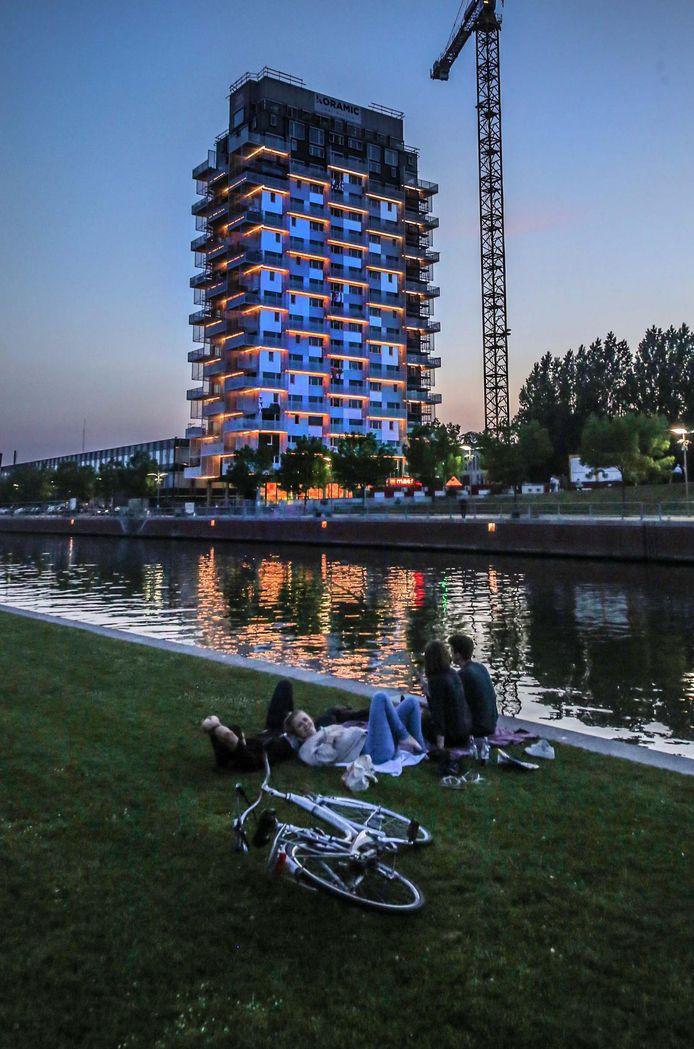 Met de verlichting aan valt de toren nog meer op.
