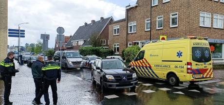 Aanrijding op 'gevaarlijk' kruispunt in Doetinchem: fikse schade door botsing tussen auto en scooter