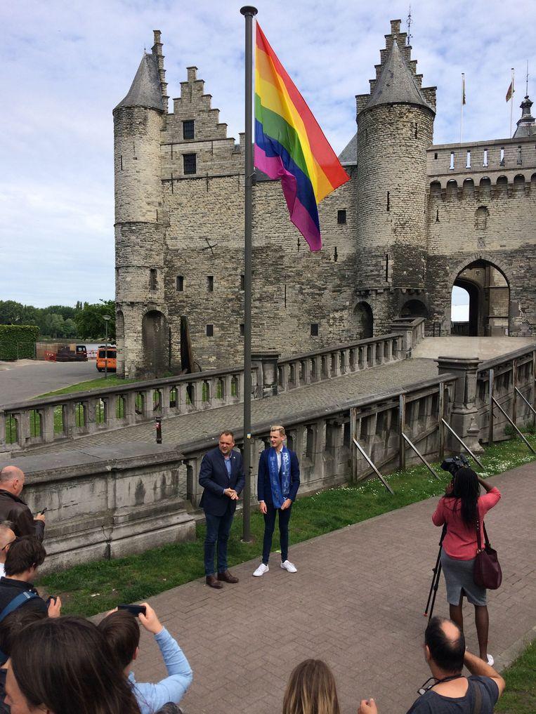 Op de tonen van Beyoncés 'Love on Top' hebben schepen van Diversiteit Fons Duchateau (N-VA) en voormalig Mister Gay Belgium Raf Van Puymbroeck de regenboogvlag gehesen. Beeld MLS