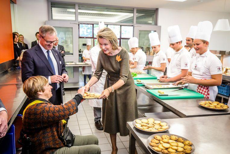 Koningin Mathilde deelde de koekjes die de leerlingen hadden gebakken maar al te graag rond aan directeur Peter Verbeke en schepen Anseeuw.