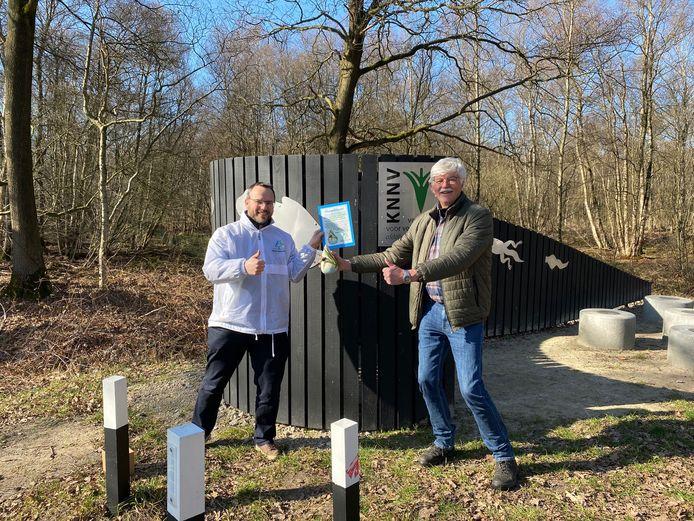 Herman Stevens van de KNNV ontvangt het compliment van Water Natuurlijk uit handen van Wim van de Griendt van het waterschap.