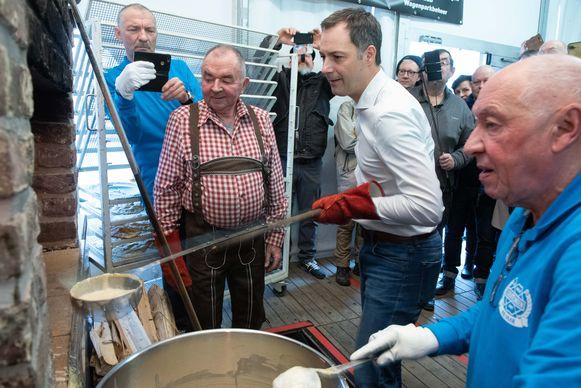 Ook minister Alexander De Croo mocht even aan de oven staan.