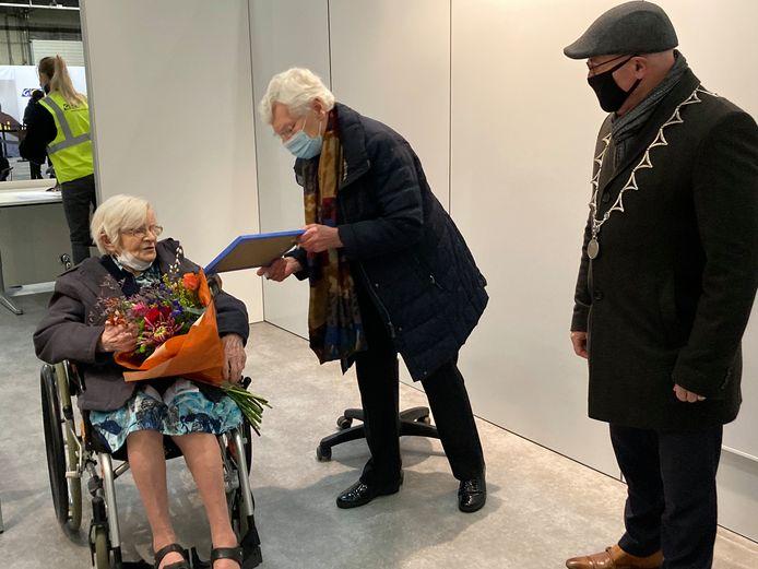 Algemeen overste Agnes Vos (midden) communiceert met zuster Marcelliana via een krijtbord. Burgemeester Kees van Rooij kijkt toe.