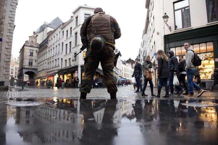 Impressie van de huidige stand van zaken in Brussel: politiebussen, spijkermatten en extra agenten. Beeld anp