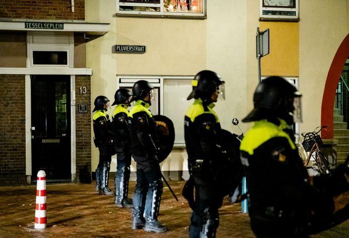 Politie in de wijk Duindorp in Den Haag bij ongeregeldheden in de wijk.