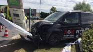 Dronken bestuurder rijdt door omheining en tegen publiciteitspalen hotel