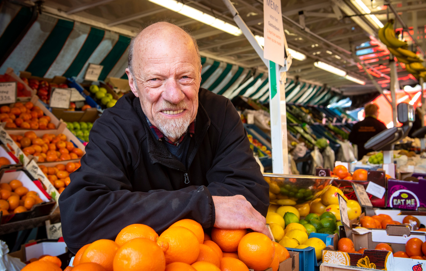 Eef Klaassen in zijn kraam op de Zutphense Groenmarkt. Vanaf zijn zeventiende was hij ruim een halve eeuw marktkoopman. ,,Mijn vader verkocht groente en fruit op de markt en stierf kort voor zijn 50ste verjaardag. Dat was een zware klap en ik voelde me min of meer verplicht om zijn werk voort te zetten.''