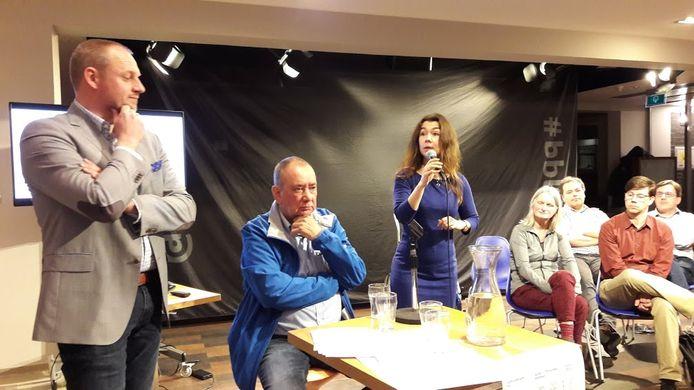 Het day-after debat in Wageningen, daags na de verkiezingen: Dennis Gudden (links) luistert naar Lara de Brito, op de eerste rij kijken Mathilde Maijer (PvdA) en Peter de Haan (CU) toe. De zittende (geblesseerde) Rien Bor (Stadspartij) kijkt wat sip toe.