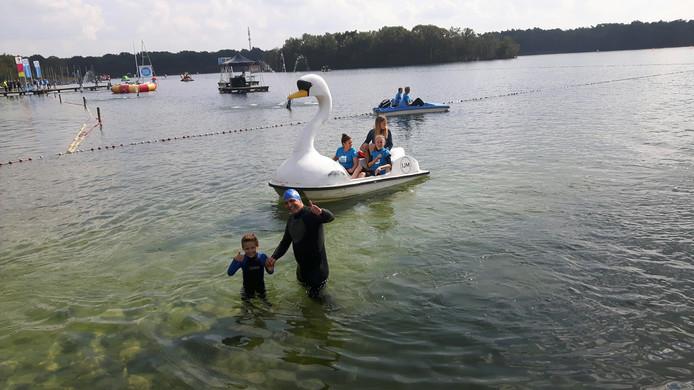 De zwaan waar Naomi Flach in zit om samen met haar vader een stukje door het water te gaan.