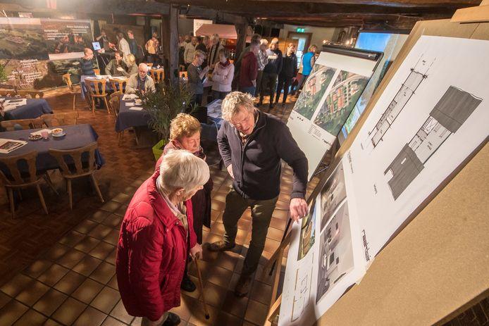 Rekkenaren bestuderen tekeningen voor de plannen om Café-Zaal Kerkemeijer om te vormen tot centrale woonlocatie, februari 2020.