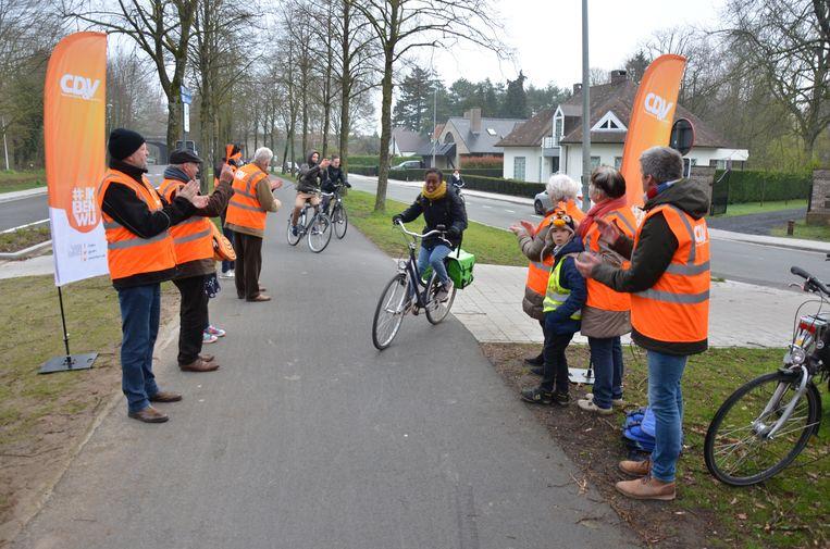 De leden van CD&V Lokeren stelden zich op aan het veelgebruikte fietspad tussen Lokeren en Eksaarde.