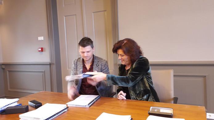 Burgemeester Leny Poppe-de Looff (rechts) en projectontwikkelaar Kris Maas van het Zundertse Maas-Jacobs ondertekenen vrijdagochtend de contracten die nodig zijn voor de verbouwing van het gemeentehuis in Zundert