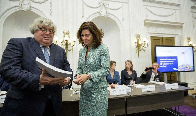 Tweede Kamervoorzitter Anouchka van Miltenburg (rechts) neemt het eindrapport in ontvangst uit handen van commissievoorzitter Ton Elias (VVD). Beeld anp