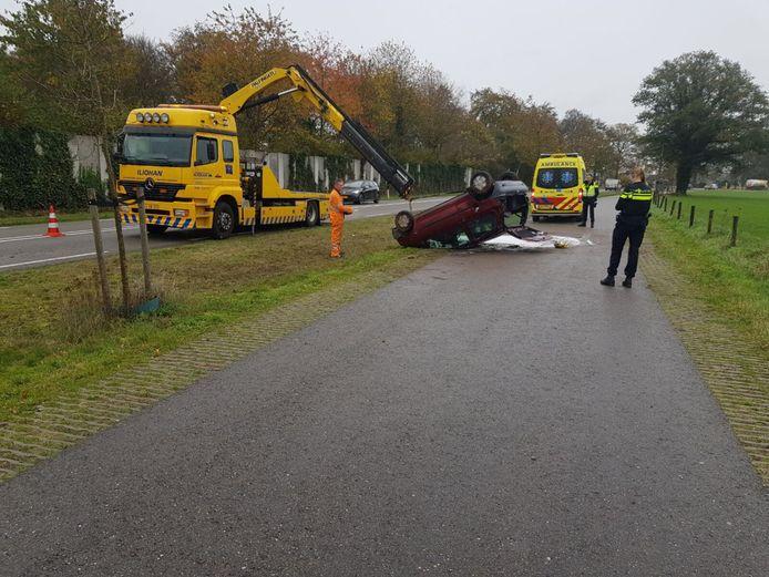 Een automobiliste is vanmiddag door het oog van de naald gekropen toen zij ongedeerd bleef nadat ze met haar auto over de kop vloog.