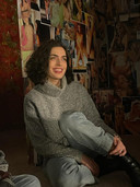 Olga zonder de paarse pruik die ze droeg voor de shoot.