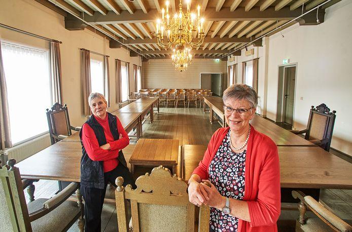 Trudie Theunissen (rechts) en Hanny Hamers in de  raadzaal van het voormalige raadhuis in Ravenstein.