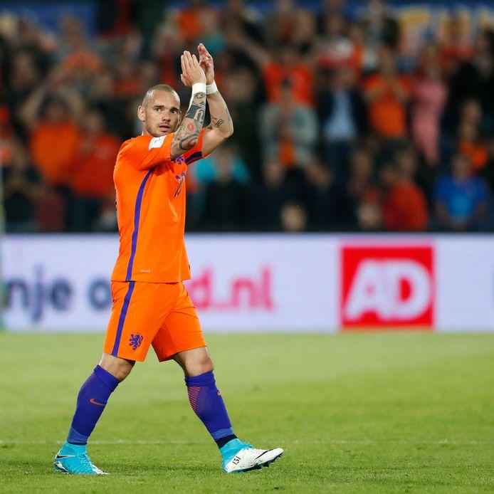 Wesley Sneijder bedankt het publiek in De Kuip tijdens de interland tegen Luxemburg, waar hij recordinternational van Oranje werd.