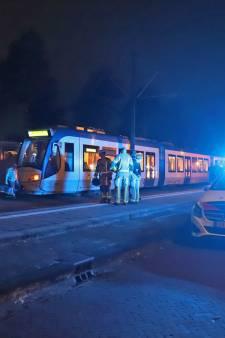 Man overleden nadat drie jongens hem in Den Haag voor tram duwen, politie zoekt daders