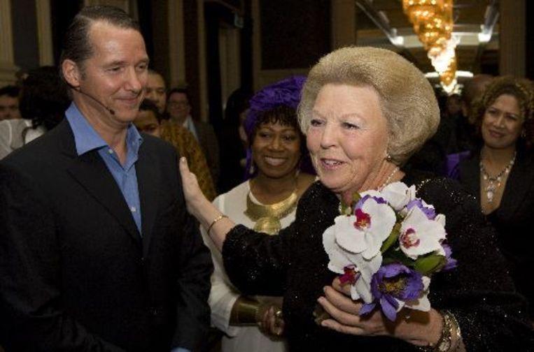 Koningin Beatrix geeft acteur Thom Hoffman (L) die de rol van prins Claus speelt, een schouderklopje na afloop tijdens een ontmoeting met de cast. ANP Beeld