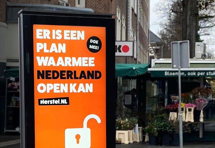 Een poster van Herstel NL, een initiatief van prominenten als economen Coen Teulings, Barbara Baarsma, Bas Jacobs en arts Evelien Peeters, oprichtster van Artsen Covid Collectief.