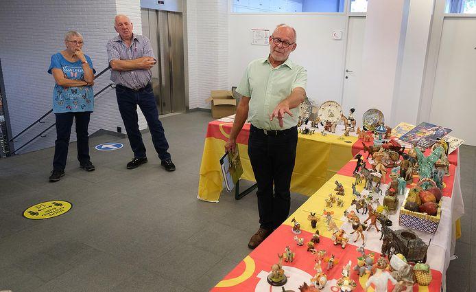Marc Debaveye geeft uitleg over de collectie, terwijl Nederlanders Hanneke en Hans Verheggen toekijken.