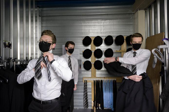 Thomas Wagendorp, Pim de Jong en Casper van Dongen kleden zich om voor een uitvaart in Rijssen.