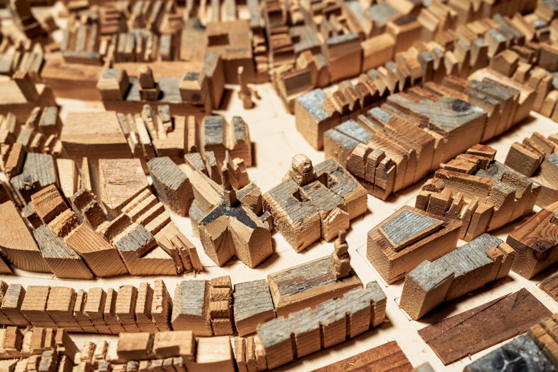 Houtkunstenaar Diederick Kraaijeveld bouwde met sloophout een miniatuur van de grachtengordel.  Hier een detail met Nieuwezijds Voorburgwal, de Dam en de Raadhuisstraat die het Singel oversteekt. Beeld Jakob Van Vliet