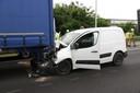 De bestuurder van de bestelwagen raakte zwaargewond.