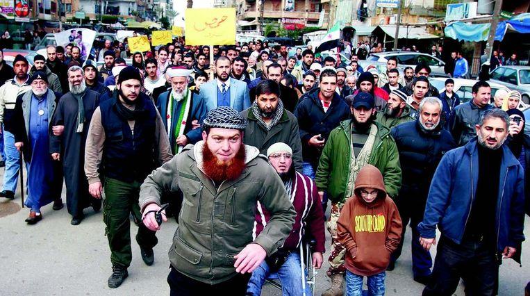 Syrische en Libanese betogers demonstreerden gisteren samen tegen het bewind van de Syrische president Assad in Tripoli. FOTO © REUTERS Beeld