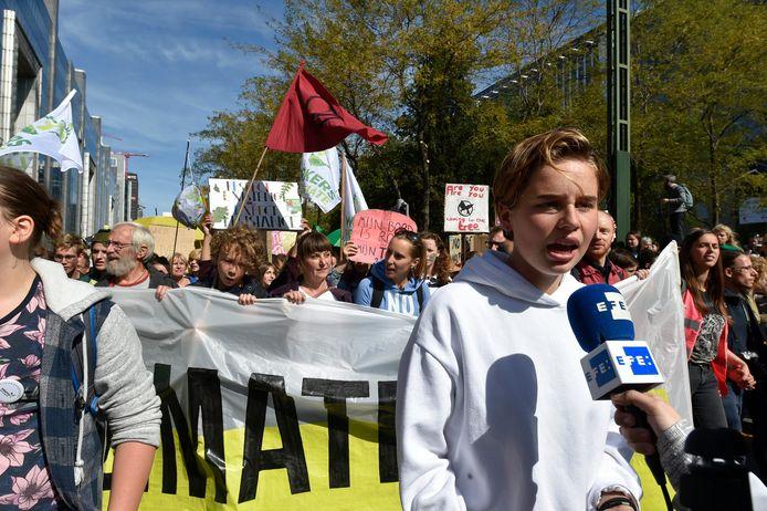 Anuna De Wever staat een cameraploeg van de Spaanse zender EFE te woord.