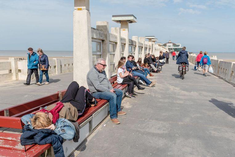 Genieten van de zon op een bankje van de Pier.