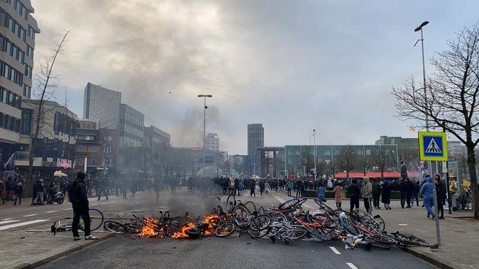 Meer brandende fietsen voor het station.