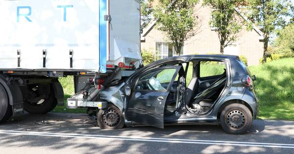 Heftig ongeluk bij Nagele: automobilist zit klem onder een vrachtwagen.