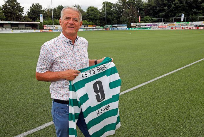 """Ad van den Enden, oud-voetballer en huidig penningmeester van SV Heinenoord, met het shirt uit zijn veteranentijd. Alle spelers uit het elftal droegen hun naam en geboortedatum op de rug. ,,Met 14-3-1955 achterop behoorde ik tot de jonkies."""""""