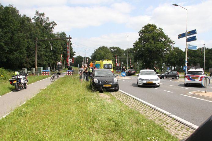 Op de Holterweg bij de afslag naar Bathmen is een overstekende fietser door een automobilist geschept. De fietser is met onbekend letsel naar het ziekenhuis gebracht.