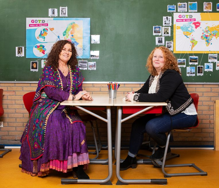 Leerkrachten Astrid Brugman (links) en Jolanda Rietel gaven de afgelopen weken hele schooldagen lang online les. Beeld Martijn Gijsbertsen