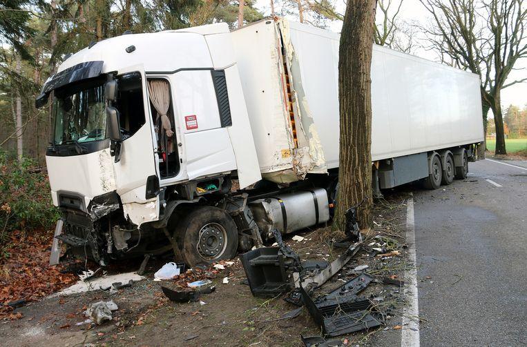 Ook de vrachtwagen belandde naast de weg